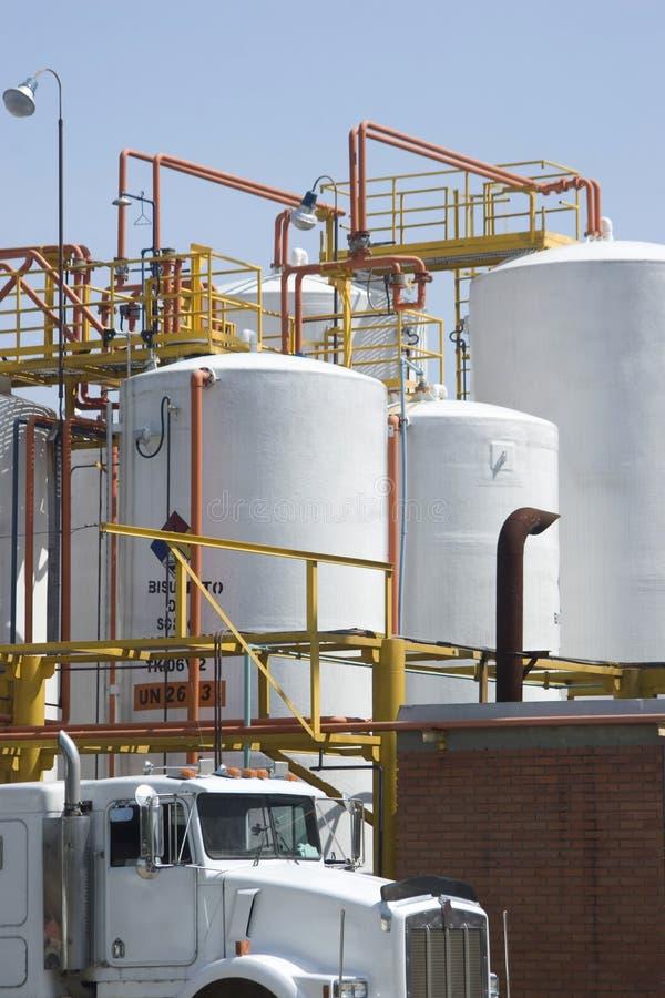 Chemischer Vorratsbehälter und Tanker-LKW stockbilder