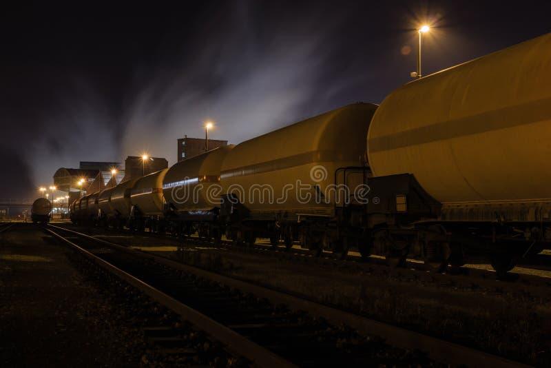 Chemischer Zug im Depot nachts lizenzfreie stockbilder
