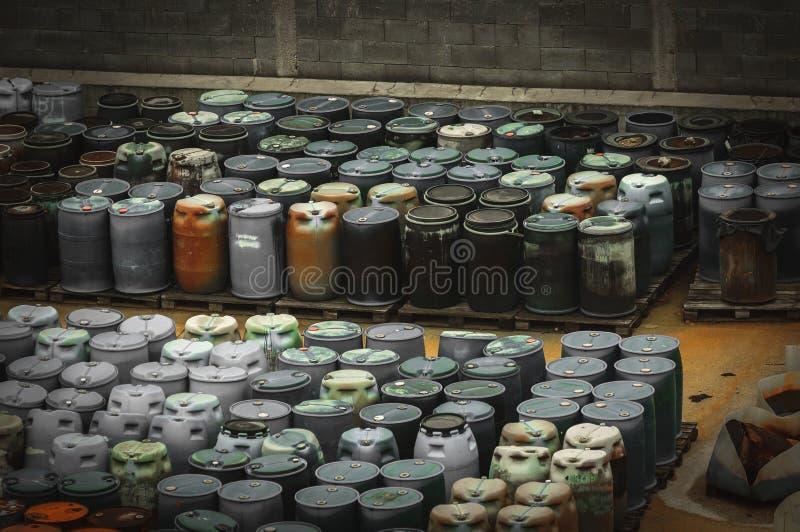 Chemisches überschüssiges Dump mit vielen Fässern lizenzfreie stockfotos