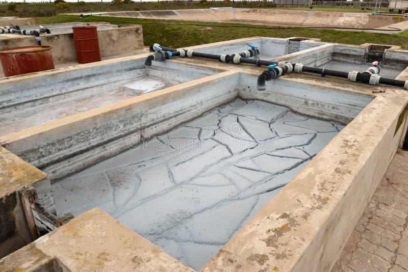 Chemisches überschüssiges Reservoir der Fabrik mit Schlamm und dem Leiten lizenzfreies stockbild
