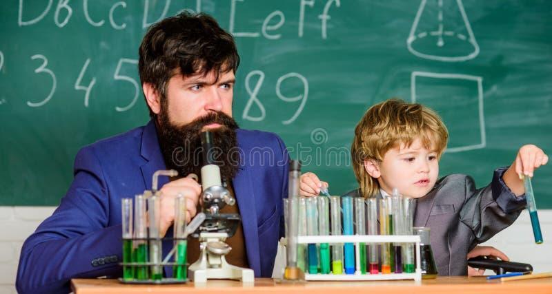 Chemisches Experiment Studienchemie zusammen Nach Vater in alles Mein Vater ist Wissenschaftler Personal-Beispiel lizenzfreie stockbilder