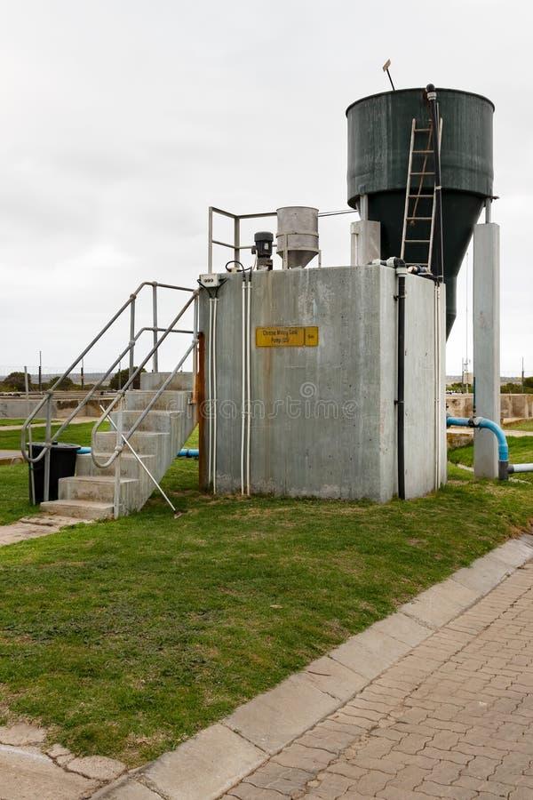 Chemisches Reservoir der Fabrik außerhalb der Gerberei stockbild