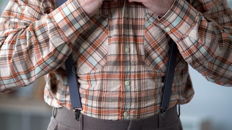 Chemise à carreaux de port d'overd de bretelles d'homme, rétros robes de style de cru photos libres de droits