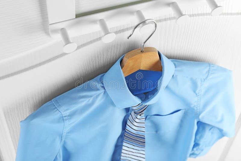 Chemise avec le lien sur le cintre, au-dessus de la vue Uniforme scolaire photos stock