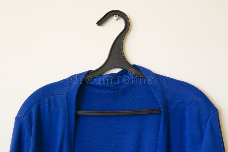 Chemise bleue sur un cintre photographie stock libre de droits