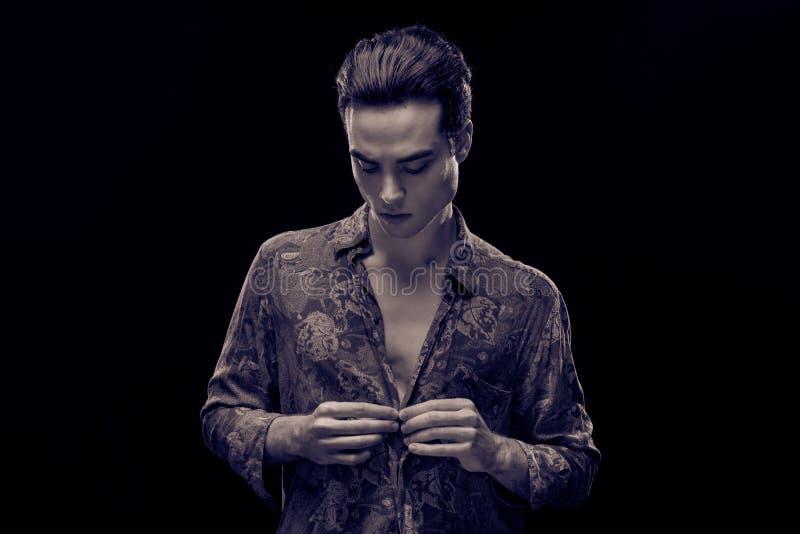 Chemise de boutonnage modèle de jeune homme bel photo libre de droits