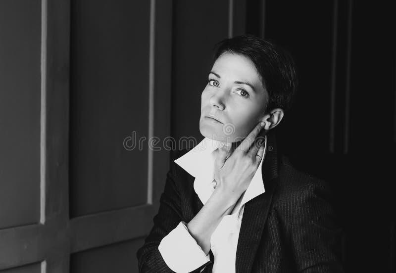 Chemise de costume de femme posant le studio photos stock