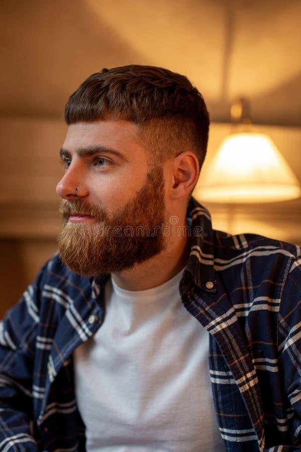 Chemise de plaid de port d'homme barbu bel de portrait au café moderne photos libres de droits