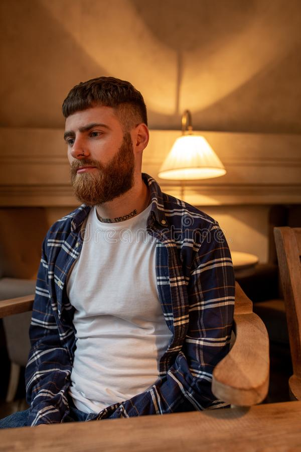 Chemise de plaid de port d'homme barbu bel de portrait au café moderne photographie stock libre de droits