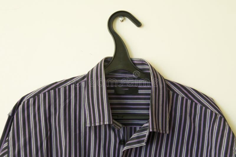 Chemise du ` s d'hommes sur le cintre photos stock