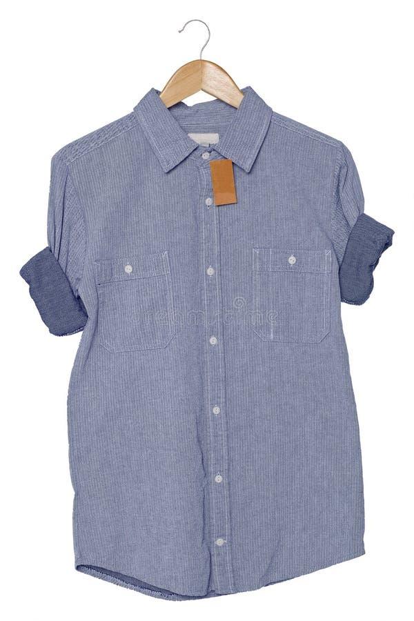 Chemise grise de longue douille avec d'étiquette de raccrocher et de petit pain sur le fond blanc pour la moquerie la douille vid image stock