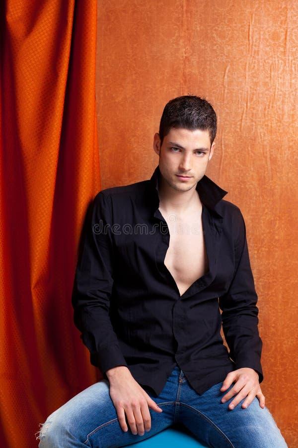 Chemise noire ouverte de verticale espagnole latine d'homme photographie stock