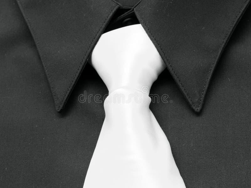 Chemise noire. Relation étroite blanche photo stock