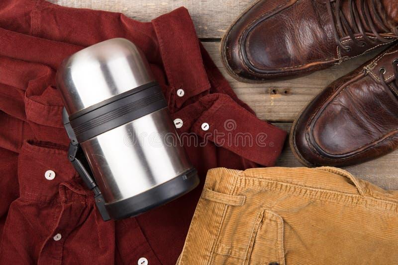 Chemise rouge fonc? de velventine sur le fond en bois photographie stock