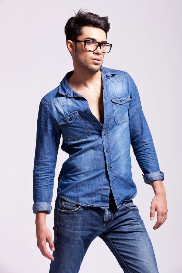 Chemise s'usante de jeans de jeune homme photo stock