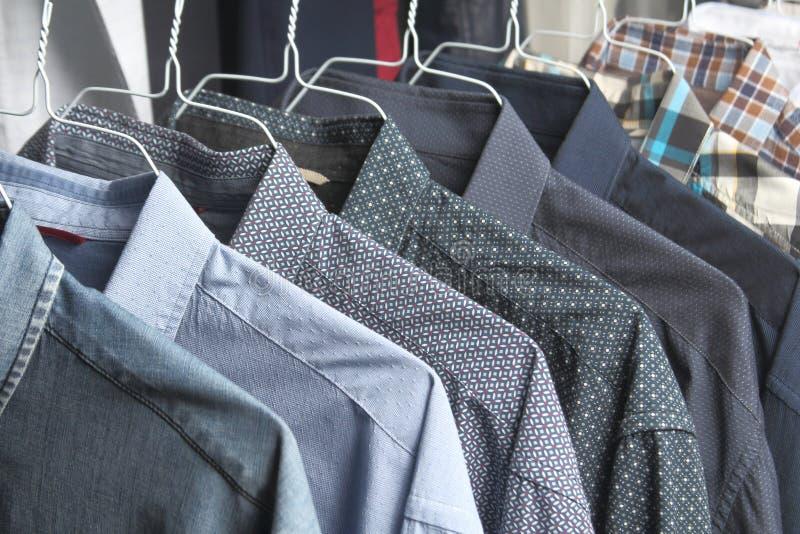 Chemises aux nettoyeurs à sec fraîchement repassés images stock