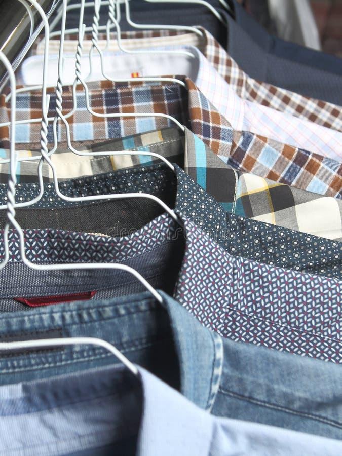 Chemises aux nettoyeurs à sec fraîchement repassés photographie stock