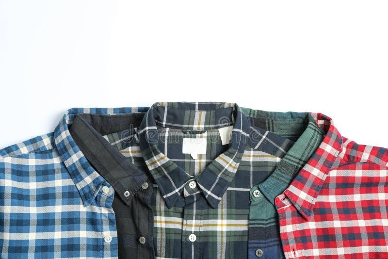 Chemises colorées pliées sur le fond blanc photographie stock