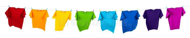 Chemises d'arc-en-ciel sur la ligne image libre de droits