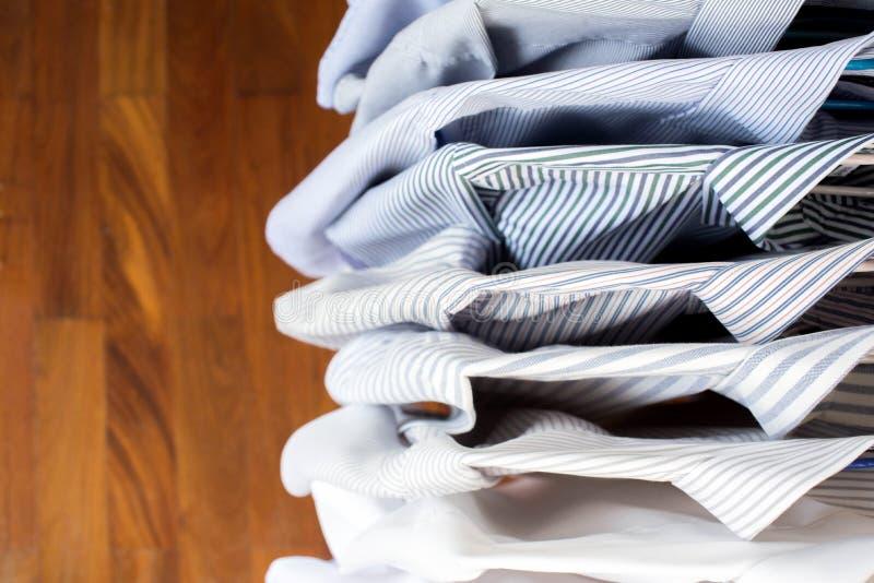 Chemises d'hommes accrochant sur le support dans une rangée, vue supérieure photos libres de droits