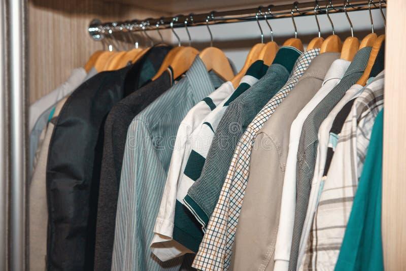 Chemises dans la garde-robe photo stock