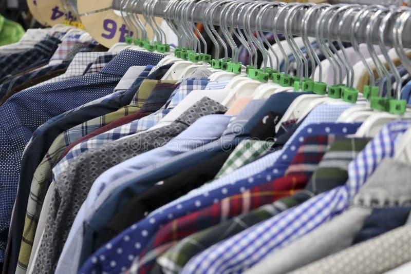 Chemises ?l?gantes sur des cintres dans le magasin brouill? ? la veille de Black Friday image stock