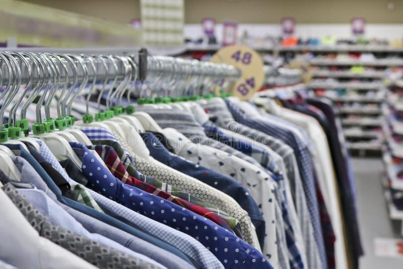 Chemises ?l?gantes sur des cintres dans le magasin brouill? ? la veille de Black Friday images stock