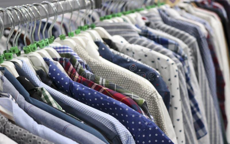 Chemises ?l?gantes sur des cintres dans le magasin brouill? ? la veille de Black Friday photos libres de droits
