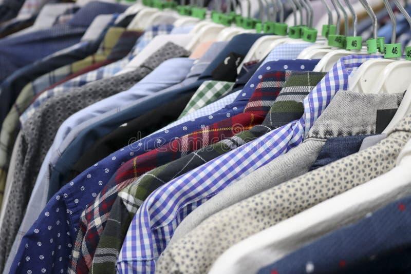Chemises ?l?gantes sur des cintres dans le magasin brouill? ? la veille de Black Friday photo libre de droits