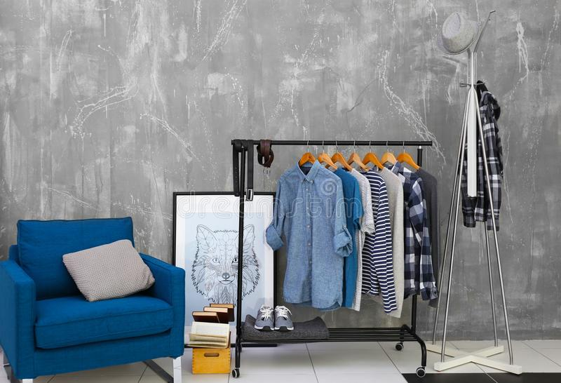 Chemises masculines élégantes occasionnelles sur le support de cintre photo stock