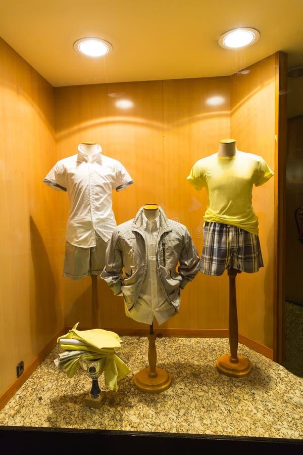 Chemises sur des mannequins photographie stock libre de droits