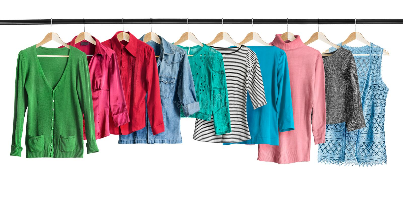 Chemises sur des supports de vêtements images stock