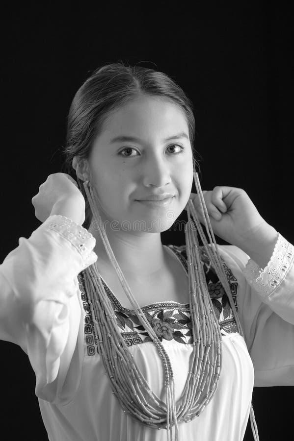 Chemisier de couleur claire de port de belle jeune femme hispanique avec les bords embroided traditionnels, fixation typique image stock
