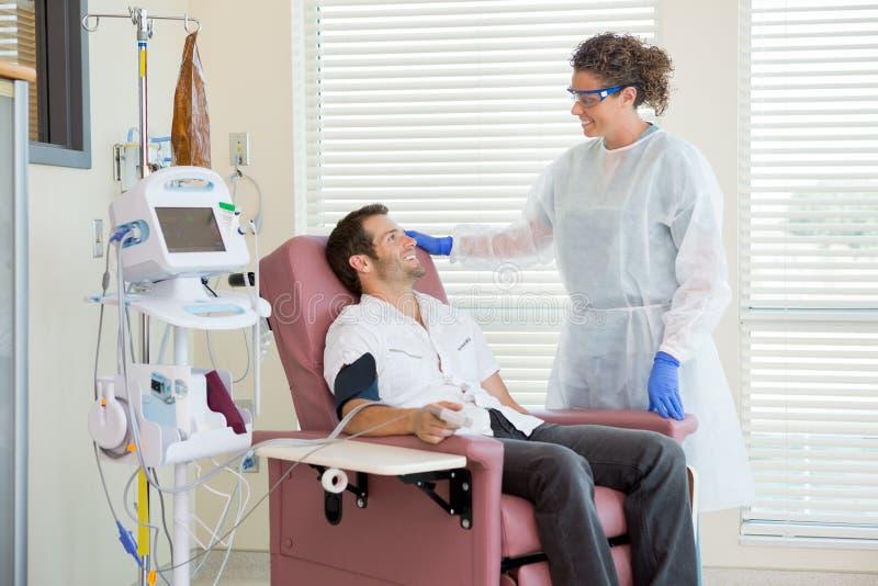 Chemo Patient med sjuksköterskan royaltyfria foton