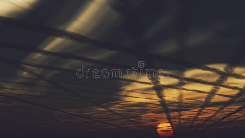 Chemtrails και ηλιοβασίλεμα στοκ εικόνες με δικαίωμα ελεύθερης χρήσης