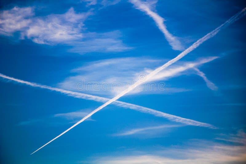 Chemtrails sur le ciel bleu photo libre de droits