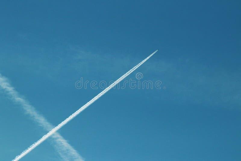 Chemtrails w niebieskim niebie zdjęcia royalty free