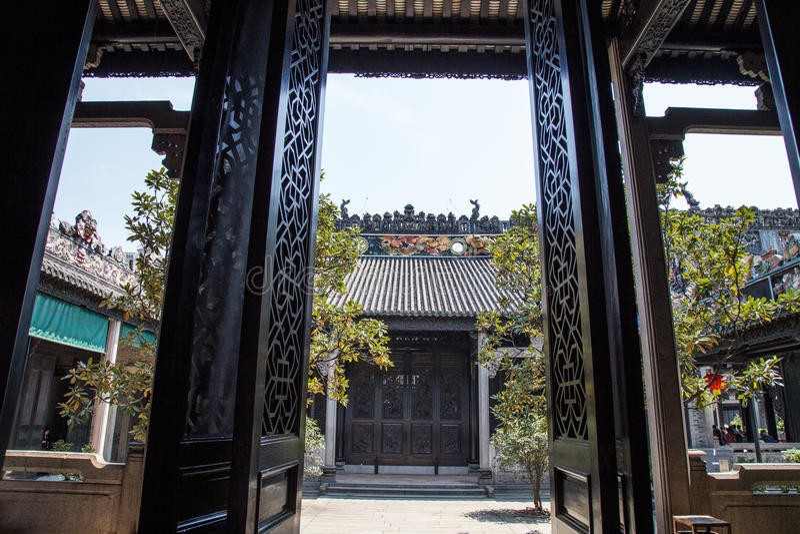 Chen Clan Academy, uma atração turística famosa em Guangdong, China, é uma cinzeladura delicada e uma estrutura portal nos painéi fotos de stock royalty free