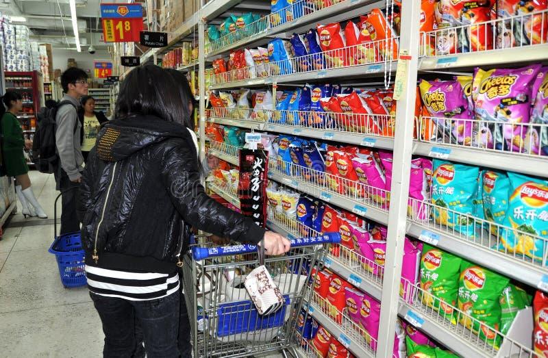 Chengdu, China: Clientes que compram o alimento do petisco imagem de stock