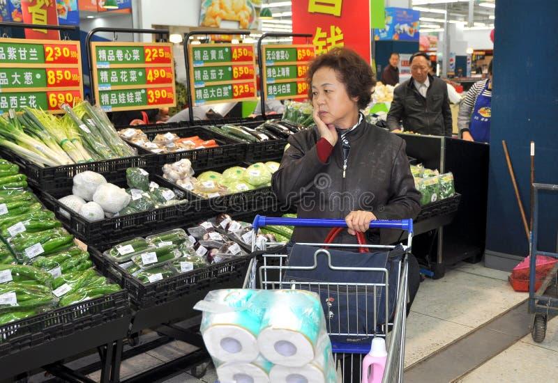 Chengdu, China: Compra no supermercado de Wal-Mart fotografia de stock