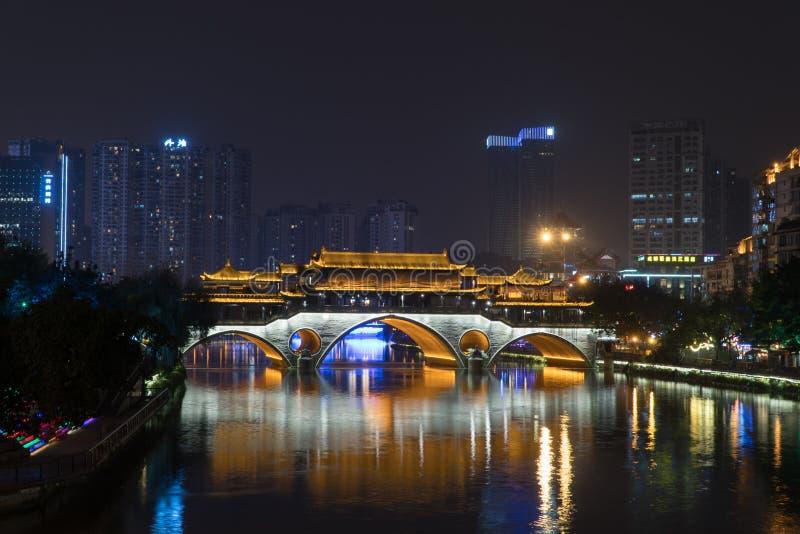 CHENGDU, CHINA - 24 DE NOVIEMBRE: Puente de Anshun en noche el 24 de noviembre de 2017 imagenes de archivo