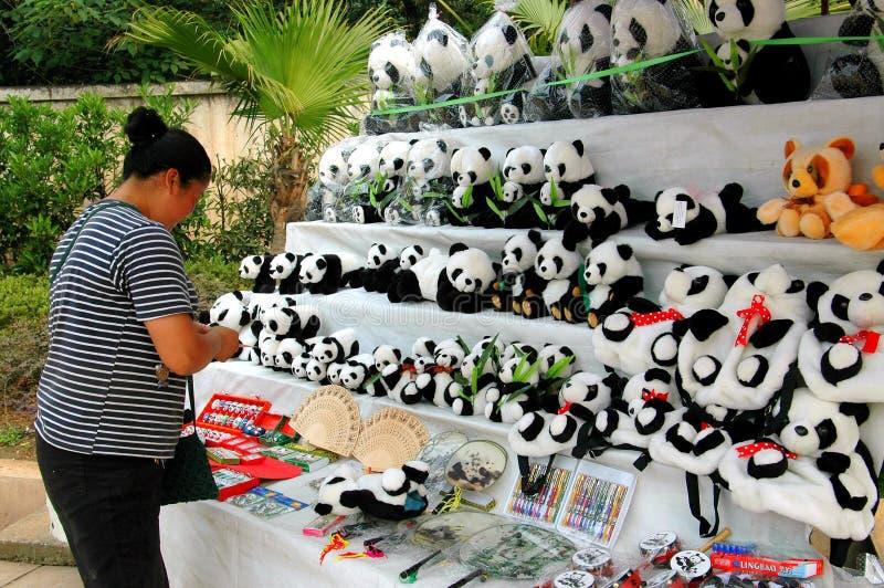 Suveniri - Page 14 Chengdu-china-frau-die-angef%C3%BCllte-panda-spielwaren-verkauft-20480247