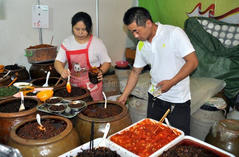 Chengdu, China: Vendedores no festival do alimento fotografia de stock