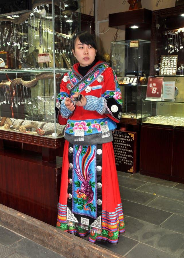Chengdu, China: Winkelier in Chinese Robe op Jin Li Street stock fotografie