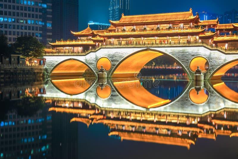 Chengdu gammal bro på natten royaltyfri foto