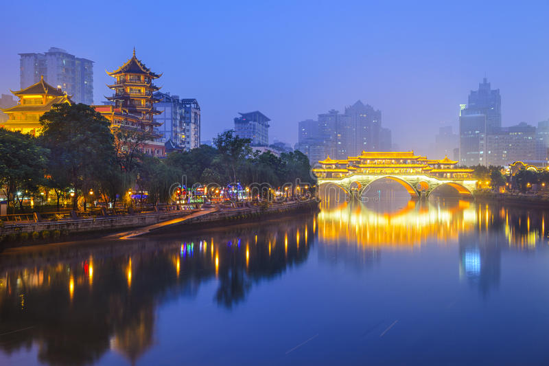 Chengdu Kina Cityscape på Jin River arkivfoton