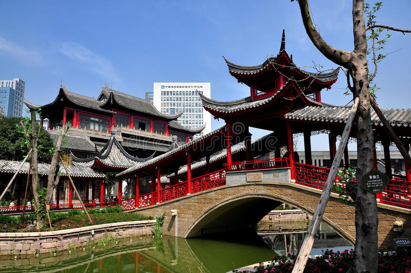 Chengdu Kina: Dold bro på långa Tan Water Village royaltyfri bild