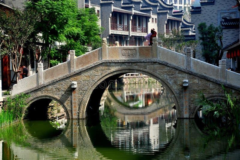 Chengdu Kina: Stenbro på långa Tan Water Town arkivfoto
