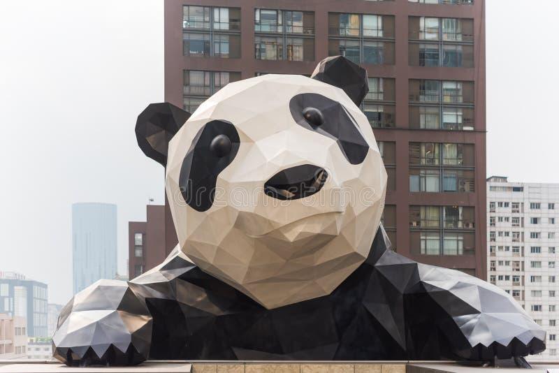 Chengdu pandaskulptur i IFS-byggnad arkivbild
