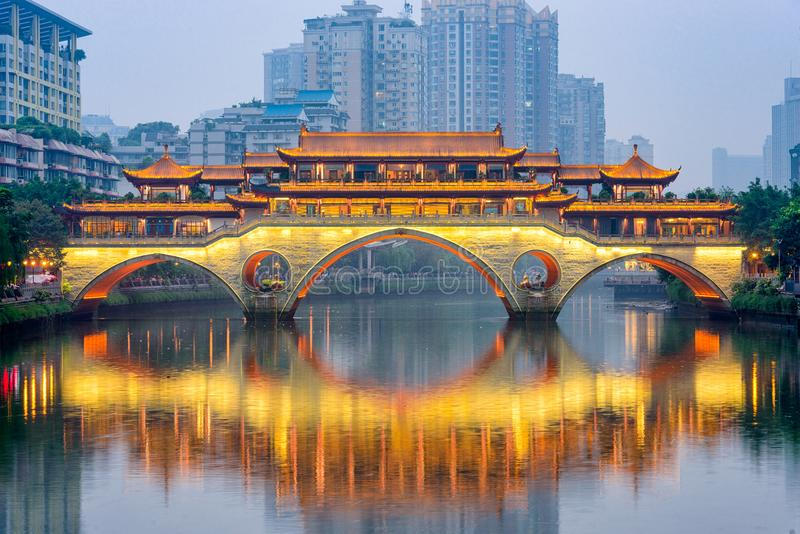 Chengdu, rio de China e ponte fotografia de stock